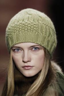 зеленая шапка вязаная спицами