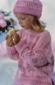 Розовый пуловер и шапочка