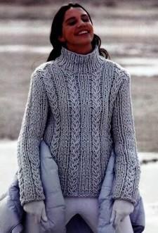 Голубой пуловер с высоким воротом