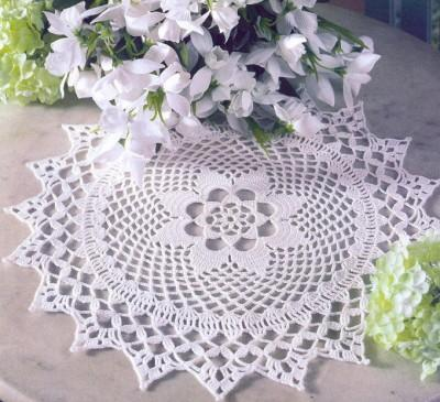 Белая вязаная салфетка