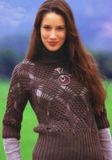 Коричневый пуловер с узором из ромбов