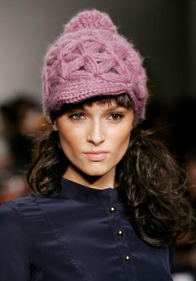 Розовая вязаная шапка