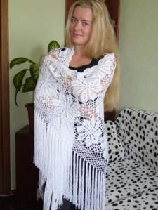 Красивая белая шаль из мотивов