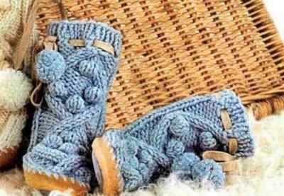 Вязаные сапожки голубого цвета
