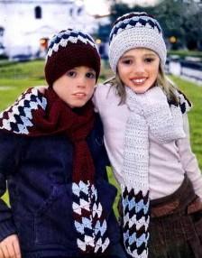Два комплекта - шарф и шапочка для мальчика и для девочки.