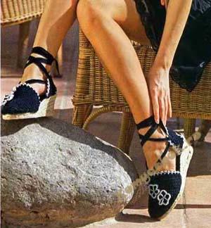Черные сандалии с цветами крючком