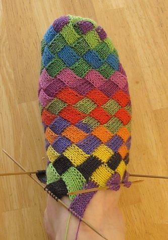 Цветные носочки спицами на ноге