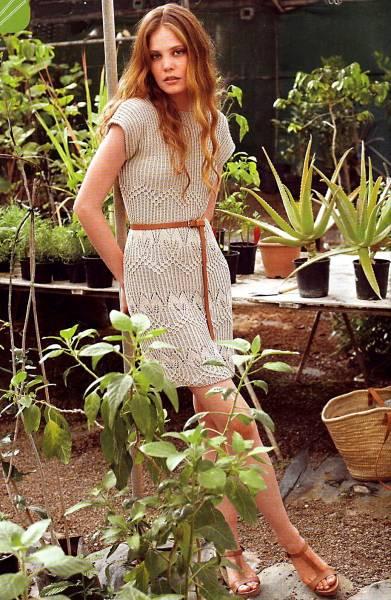 Бежевое платье спицами