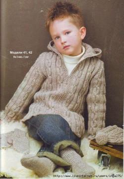 Серый жакет на молнии и шапочка спицами для мальчика