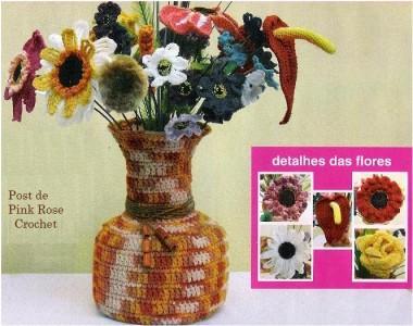 вязанная ваза с цветами