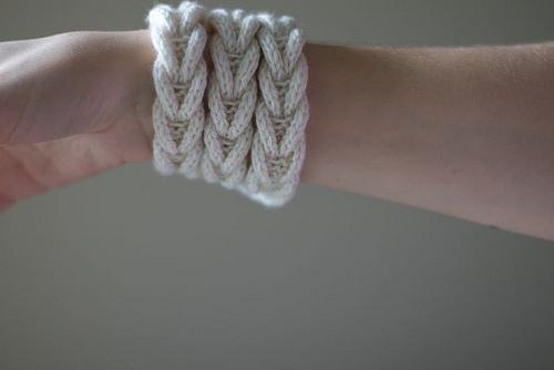 Вязаный браслет и ожерелье своими руками.