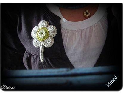 Красивый цветок из вязаного шнура