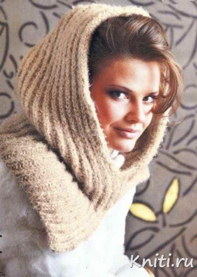 Бежевый шарф-снуд связан спицами.