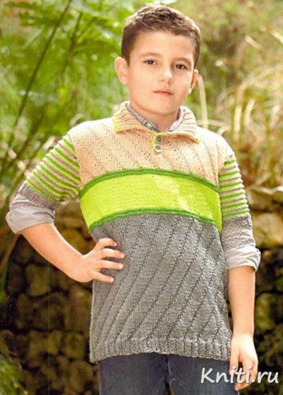 Джемпер для мальчика связан спицами.