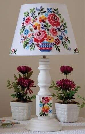 Украшаем настольную лампу цветочной вышивкой.